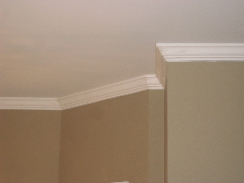 Federal crown molding running along a ceiling